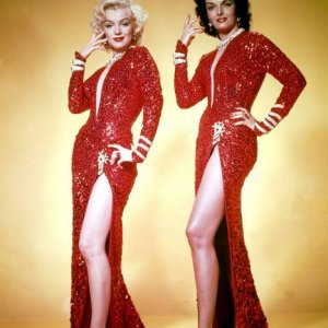 Marilyn Monroe and Jane Russell as BF Lorelei and Dorothy in Gentlemen prefer Blondes (1953).